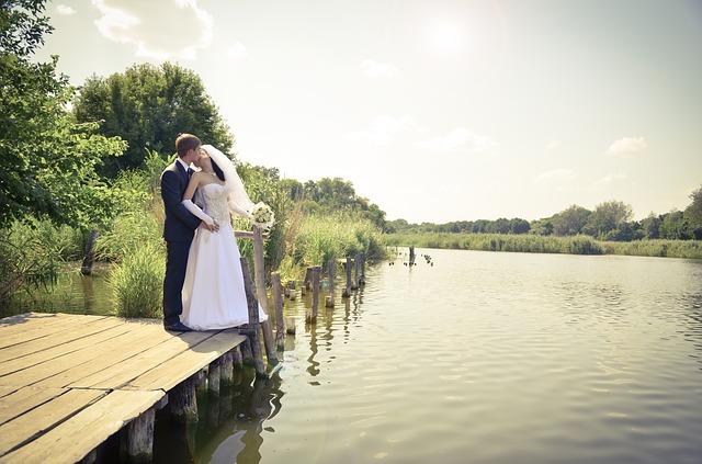 Ślub w plenerze na Warmii i Mazurach? Coraz więcej par o tym marzy